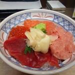 磯丸水産 - まぐろとサーモンの4色丼895円の完成です。