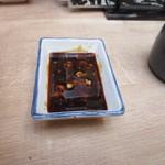 磯丸水産 - テーブルに置かれた小皿に山葵と刺身醤油を混ぜて丼のタレをつくります。