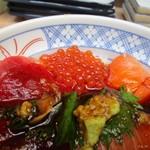 磯丸水産 - 4色丼は赤身のまぐろといくらという2トップ。
