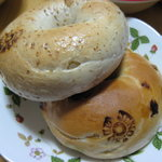 ジュノエスクベーグル - ライ麦とマカデミアナッツのベーグル、キャラメルバナナのベーグル