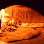 アランジャルシ - 石窯で焼かれるピッツァ。後ほど、コレを頂きました