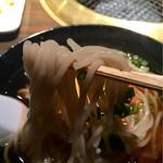 アリラン - 麺アップ。某有名店とは異なるタイプで、そば粉含有のぷるんとした麺。