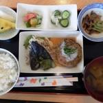 71377654 - 和風ハンバーグ。右の野菜の煮物には懐かしいずいき(芋の茎)入り。左のデザート?は黄色いスイカに加え、これも懐かしいまくわ瓜、美味しかった!