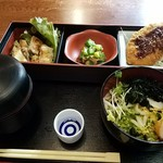 赤坂有薫 - 左:若鳥の塩焼き 中:冷奴野菜掛け 右:サーモンフライ