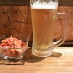立喰い焼肉 おやびん - 料理写真:生ビール&自家製キムチ