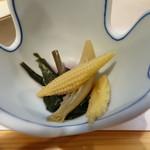 柳家錦 - 箸休めの金時草、茗荷、ヤングコーンのお浸し