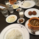 横須賀海軍カレー本舗 - よこすか海軍カレーの定義にあるカレーライス、牛乳、サラダの3点セット+薬味のチャツネ。そして、右にカレーコロッケ('17/08/12)