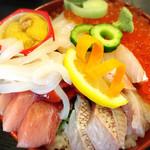 和海味処 いっぷく - 海鮮丼(上)二段重ねの上段からの景色!