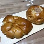パン屋カフェ キャトル - 左:クリームパン 130円 外 ・ 右:粒あんパン 130円 外