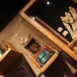 ちゃんこ屋 鈴木ちゃん - 相撲グッズが飾られた店内