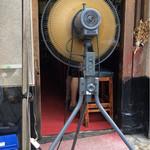 もつ焼 まるい - 入口の扇風機