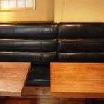 けむり - 片側はソファー席となっていますのでゆっくりとくつろげます。