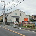 ラーメン田舎家 - ラーメン田舎家(前面道路南から来ると見える駐車場の景色 ※店舗は左側です)