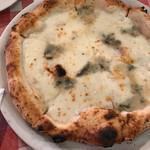 ピッツェリア キアッキェローネ - 4種のチーズのピザ、蜂蜜を添えて。