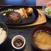 丑舎格之進 - 料理写真:ハンバーグ&メンチカツ定食 1580円 ※メンチは揚がるの待ち
