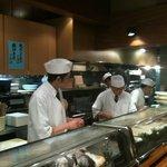 7142510 - 【2011/3再訪】職人さん達です。今日も美味しい料理をお願いしま~す。