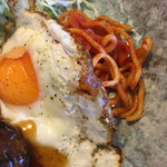 焼肉・音琴 - 目玉焼きとスパゲティナポリタンです