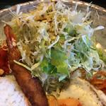 焼肉・音琴 - エビフライと生野菜サラダです
