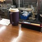 あいつのラーメン かたぐるま - カウンター席(水はセルフ・箱ティッシュはカウンターの下)