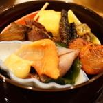 の弥七 - 前菜三段盛り:つぶ貝、赤貝、中華風だし巻き玉子、他