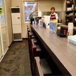 札幌市場めし まるさん亭 - ゆったりめのカウンター席