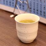 札幌市場めし まるさん亭 - 温かいお茶