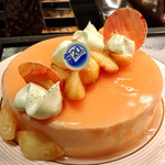 ソマーハウス - ペーシ@あしらわれた金粉がキラキラきれい。柔らかいココナッツムースと優しい桃のムース。じゅんわりしたジェノワーズ