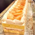 ソマーハウス - 桃のショートケーキ@ジェノワーズは厚めだけど、桃のジューシーさで苺よりいい