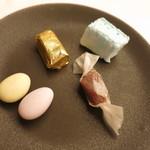 マダム・トキ - プティフール 4種 ショコラ 生キャラメル ドラジェ ペパーミントのギモーブ
