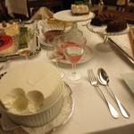マダム・トキ - マダム・トキ ワゴンデセール 11種のデセール 苺ショートケーキ ヨーグルトとグラッパ イチジクのタルト他