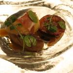 マダム・トキ - 鴨フォアグラのポワレ パンデピスの香り フレッシュ白桃と無花果のキャラメリゼ   パッションフルーツのソース
