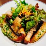 ル ビストロ - ジャンボマッシュルームと自家製ベーコンのサラダ