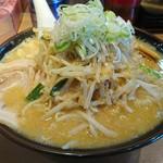 鐵 - 味噌モヤシラーメン(大盛+¥100)  (レンゲやコップと比較すると大きさが分かると思います。)