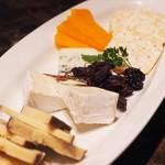 フランツクラブ浜松町  - チーズ盛り合わせ