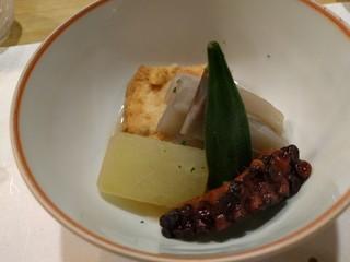 きん田 - 炊き合わせ(湯葉豆腐、ずいき、タコ柔か煮、冬瓜、オクラ)