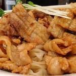 魁 肉盛りつけ麺 六代目 けいすけ - 魁 肉盛りつけ麺 六代目 けいすけ 湯島店 肉盛りつけ麺 肉普通 並盛 生姜焼きのような味付けの豚肉・タマネギ炒めがトッピングされます