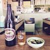 大衆酒場カネス - 料理写真:キリンラガー大瓶・600円と胡瓜のお新香・230円