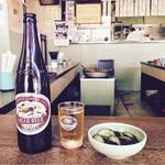 大衆酒場カネス - キリンラガー大瓶・600円と胡瓜のお新香・230円