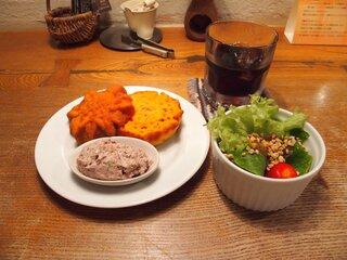 クルミドコーヒー - クルミサンド素敵なコンビーフとサラダ 650円