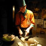シャカ - 笑顔で料理する三四郎さん