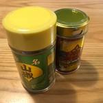 根元 八幡屋礒五郎 - 七味唐からしと粉山椒。味わいもさることながら、缶のデザイン性の良さも見逃せません。
