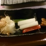 伊勢ろく 上野店 - お通しの玉ねぎサラダと野菜スティック