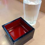 """かきつばた - 香川の地酒「契(ちぎり)」(390円)。本醸造。""""もっきり""""が、なぜかグラスと升がバラけられて出てきた。"""