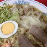 呉龍 - トッピングはチャーシュー、小エビ×2匹、キュウリ、ゆでたまご、幅広いピロピロ麺に甘酸っぱい醤油ダレがかかっています(*´∇`*)
