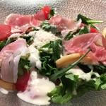 シュペッツレ - 生ハムと揚げパスタのシーザーサラダ