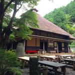 甘酒茶屋 - 茅葺き屋根の趣き深い外観