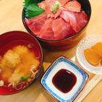 三海荘 - 特上まぐろ丼 お味噌汁とお新香がつきました。