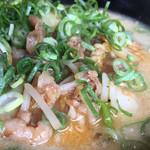 蘭蘭 - とんこつらーめんがベースで、キムチと豚肉とモヤシを炒めたものが乗った 1番人気メニューです(*^▽^*)❤️ネギもたっぷりです(*^▽^*)