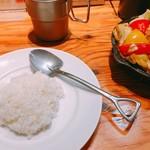 野菜を食べるカレーcamp - シャベルのスプーンがカワイイ