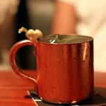 バー・バーンズ - ドリンク写真:酢橘とウォッカとトニックウォーターのカクテル